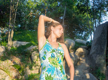 Menina bonita em um vestido verde no por do sol Imagens de Stock