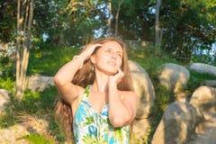 Menina bonita em um vestido verde no por do sol Fotos de Stock