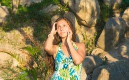 Menina bonita em um vestido verde no por do sol Fotografia de Stock