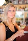 Menina bonita em uma barra, bebendo Fotos de Stock Royalty Free