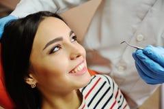 Menina bonita em uma cadeira dental Fotografia de Stock Royalty Free