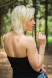 Menina bonita em uma caminhada entre a vegetação fotos de stock royalty free