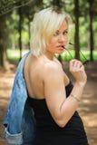 Menina bonita em uma caminhada entre a vegetação fotografia de stock royalty free