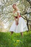 Menina bonita em uma caminhada entre a vegetação imagens de stock