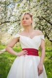 Menina bonita em uma caminhada entre a vegetação imagens de stock royalty free