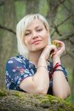 Menina bonita em uma caminhada entre a vegetação foto de stock