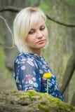 Menina bonita em uma caminhada entre a vegetação imagem de stock