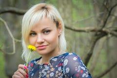 Menina bonita em uma caminhada entre a vegetação imagem de stock royalty free