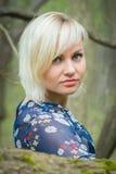 Menina bonita em uma caminhada entre a vegetação foto de stock royalty free