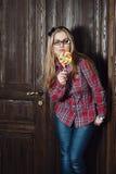 Menina bonita em uma camisa e em uns doces de manta em uma vara Imagem de Stock Royalty Free