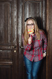 Menina bonita em uma camisa e em uns doces de manta em uma vara Imagem de Stock