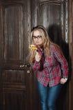Menina bonita em uma camisa e em uns doces de manta em uma vara Imagens de Stock Royalty Free