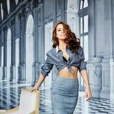 Menina bonita em uma camisa listrada e em uma saia apertada, sutiã preto foto de stock royalty free