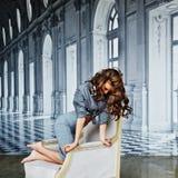 Menina bonita em uma camisa listrada e em uma saia apertada, sutiã preto Fotografia de Stock