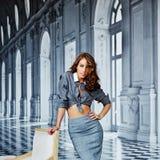 Menina bonita em uma camisa listrada e em uma saia apertada, sutiã preto, cu fotografia de stock