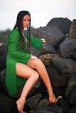 Menina bonita em uma costa do oceano Imagens de Stock Royalty Free