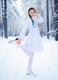 Menina bonita em uma floresta do inverno Imagens de Stock