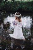 Menina bonita em uma floresta escura perto do rio Imagens de Stock