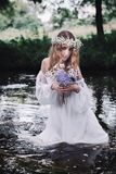 Menina bonita em uma floresta escura perto do rio Fotografia de Stock Royalty Free