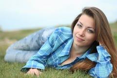 A menina bonita em uma grama Foto de Stock