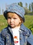 Menina bonita em uma grama Fotografia de Stock