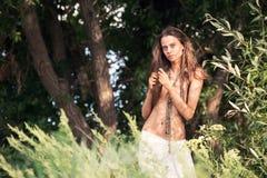 Menina bonita em uma ilha de deserto Foto de Stock Royalty Free