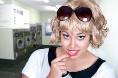Menina bonita em uma lavanderia Foto de Stock Royalty Free
