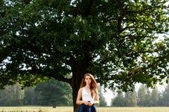Menina bonita em uma posição do campo fotos de stock royalty free
