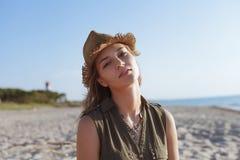 Menina bonita em uma praia Fotos de Stock
