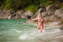 Menina bonita em uma praia tropical imagens de stock
