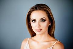 Menina bonita em uma sala brilhante fotografia de stock royalty free