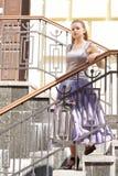 Menina bonita em vestidos bonitos nas escadas Fotografia de Stock Royalty Free