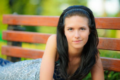 A menina bonita encontra-se no parque Fotos de Stock