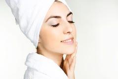 Menina bonita envolvida na toalha branca Imagens de Stock Royalty Free