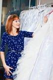 A menina bonita escolhe seu vestido de casamento Retrato no sa nupcial Foto de Stock Royalty Free