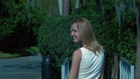 A menina bonita está andando e está sorrindo filme