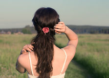 A menina bonita está andando em um campo. imagem de stock royalty free