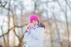 A menina bonita está andando em uma tarde ensolarada do inverno no parque com seu brinquedo favorito Conceito das crianças Imagens de Stock Royalty Free