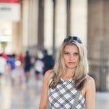 A menina bonita está esperando no terminal Railway Fotos de Stock