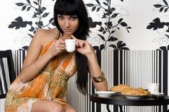A menina bonita está sentando-se no café Fotografia de Stock Royalty Free