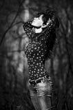 A menina bonita estica acima Foto de Stock Royalty Free
