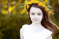 Menina bonita, exterior, flores do ramalhete da cor, vida de apreciação feliz de sorriso do prado ensolarado brilhante do parque  Imagens de Stock Royalty Free