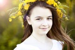 Menina bonita, exterior, flores do ramalhete da cor, vida de apreciação feliz de sorriso do prado ensolarado brilhante do parque  Fotografia de Stock