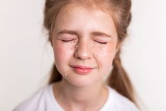 Menina bonita extremamente virada que fecha seus olhos e grito fotos de stock