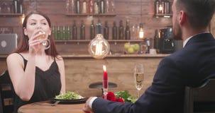 A menina bonita fala com seu noivo e sorve um bocado do champanhe vídeos de arquivo