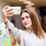A menina bonita faz o selfie no shopping Imagem de Stock