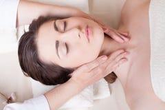 A menina bonita faz termas da massagem Foto de Stock