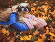 Menina bonita feliz com seu cão fotografia de stock
