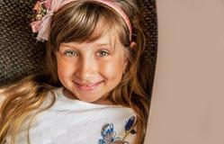 Menina bonita feliz menina loura adorável que sorri na câmera com sorriso Feche acima do retrato foto de stock royalty free