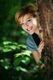 Menina bonita feliz na floresta foto de stock royalty free